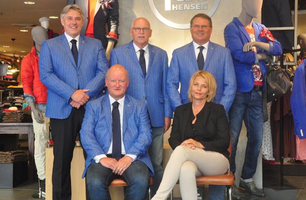 Jac Hensen Mannenmode Steekt Het Bestuur Van De Stichting Amersfoorts Voetbalkampioenschap In Het Nieuw Het Amersfoorts Voetbalkampioenschap Is Het