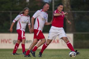 Spelmoment uit het duel tussen oud-HVC en een elftal met oudselectiespelers van andere Amersfoortse clubs. Links Jan van Barlingen (ex-HVC), rechts Nico van Zanten (ex-VVZA).